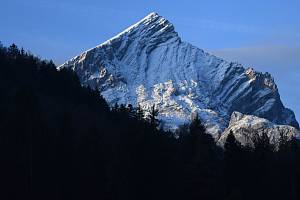 Zasněžené vrcholky Alp v německém Garmisch-Partenkirchenu