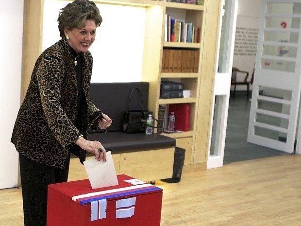Hlasovat v první přímé volbě prezidenta ČR začali také Češi v USA.  Mezi prvními tradičně volila krasobruslařka Ája Vrzáňová