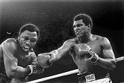 Muhammad Ali trefuje Joe Fraizera v zápasu o titul v Manile roku 1975