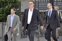 Obžalovaný Jiří Diviš (uprostřed) přichází k soudu ve švýcarské Bellinzoně, kde 25. června pokračoval proces s šesti bývalými manažery a majiteli Mostecké uhelné společnosti (MUS) obžalovanými z podvodů, z praní špinavých peněz a z korupce.