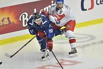 Hokejový turnaj Channel One Cup, součást Euro Hockey Tour: ČR - Finsko, 12. prosince 2019 v Plzni. Zleva Veli-Matti Savinainen z Finska a Jakub Jeřábek z ČR