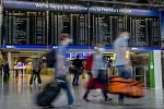 Cestující v rouškách na letišti ve Frankfurtu nad Mohanem