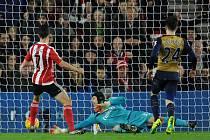Brankář Arsenalu Petr Čech inkasuje gól v utkání se Southamptonem.