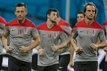 Fotbalisté Chorvatska (zleva) Ivica Olič, Marcelo Brozovič a Ivan Rakitič na tréninku.