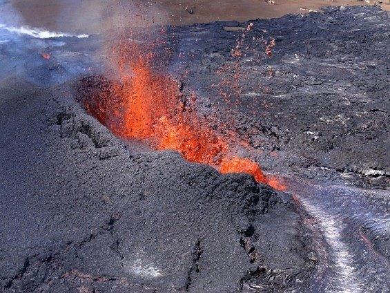 Ze sopky Kilauea vytéká žhavá láva