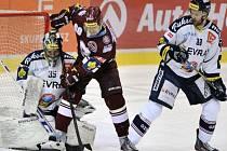 Tomáš Rolinek ze Sparty (uprostřed) se snaží překonat brankáře Vítkovic Filipa Šindeláře. Vpravo Tomáš Kudělka.