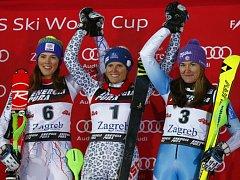 Šárka Strachová (vpravo) nestačila ve slalomu v Záhřebu jen na Slovenky Veroniku Velez-Zuzulovou (uprostřed) a Petru Vlhovou.