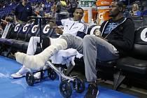 Kevin Durant z Oklahomy (vpravo) si nenechal ujít ani po operaci nohy přípravné zápasy svého klubu.