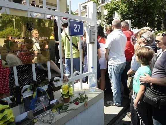 Stovky Ukrajinců čekaly 25. května ve frontě před ambasádou v Praze, kde volili svého prezidenta.