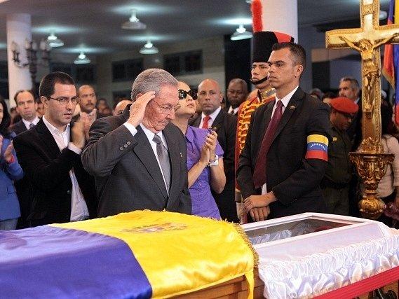 Kubánský vůdce Raúl Castro se loučí s venezuelským prezidentem Chávezem