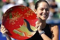 Ana Ivanovičová s trofejí pro vítězku turnaje v Tokiu.