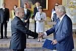 Prezident republiky Miloš Zeman (vpravo) jmenoval 10. července v Praze ministrem školství, mládeže a tělovýchovy Dalibora Štyse (vlevo).