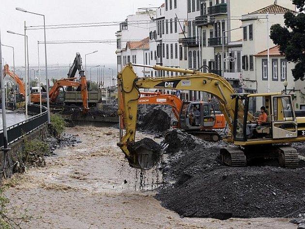 Těžká technika odstraňuje následky ničivých záplav ve Funchalu, hlavním městě portugalského ostrova Madeira.