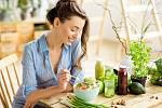 Na stole by se hojně měla objevovat čerstvá zelenina plná vitaminů, která pomůže při prevenci nachlazení nebo chřipky.