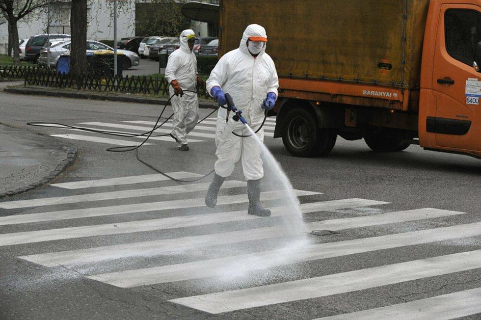 Dezinfekce ulice v Budapešti. Ilustrační snímek