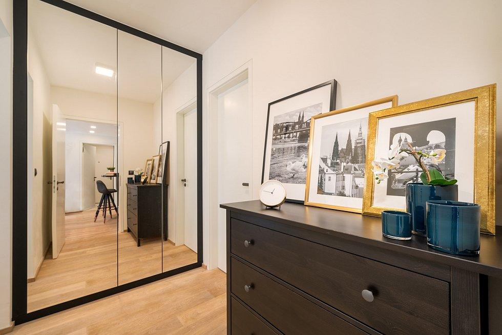 Dostatečný úložný prostor, který nezatěžuje hlavní obytnou část ani ložnici, nabízí velkorysý šatník umístěný v prostoru chodby.