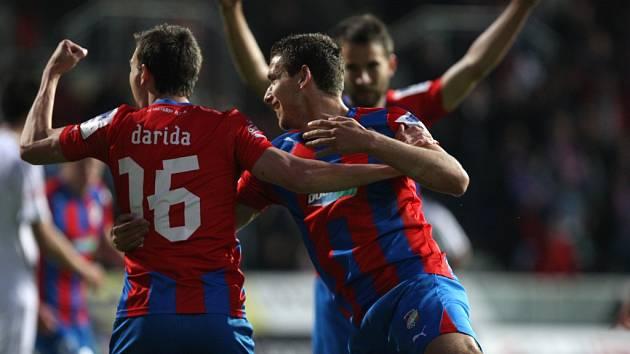 Vladimír Darida z Plzně (vlevo) se raduje z gólu.