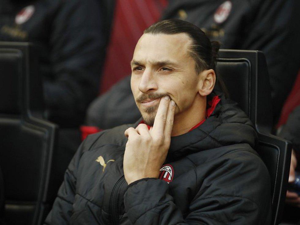 Fotbalista AC Milán Zlatan Ibrahimovic sleduje z lavičky své spoluhráče.