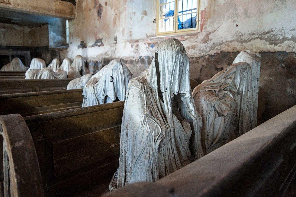 Přízraky v kostele. Místo magické, záhadné, tajemné, ale i romantické a historicky významné. To je kostel svatého Jiří v Lukové u Manětína. K návštěvě láká turisty nejen z Česka, ale ze všech koutů světa, a to především kvůli sádrovým sochám.