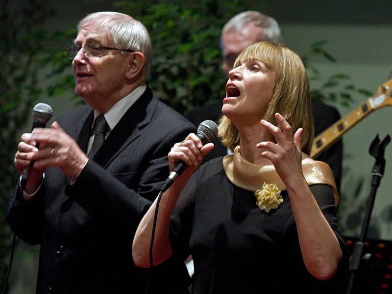 Jiří Suchý a Jitka Molavcová vystoupili se svými nejpopulárnějšími skladbami v pondělí 12. března ve zlínském hotelu Baltaci.