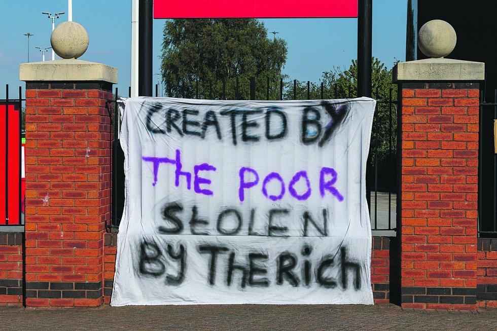Další vzkaz od fanoušků: Fotbal vznikl mezi chudými, teď jej ukradli bohatí