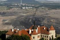 Zámek Jezeří na okraji těžební oblasti.