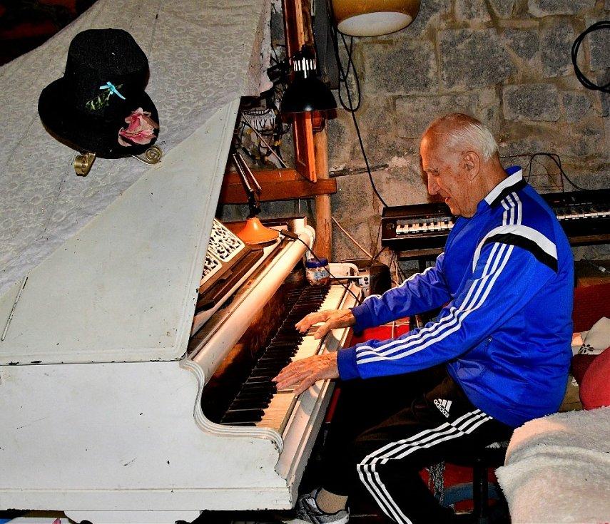 Ivo Fibiger hraje na několik hudebních nástrojů