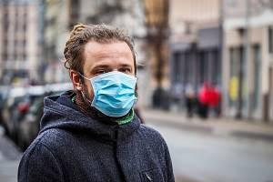 Lidé kvůli koronaviru vyráží do ulic s rouškami a respirátory - ilustrační foto.