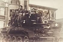 Čeští a slovenští tankisté ze samostatné obrněné brigády na konci války v La Panne v Belgii nedaleko Dunkerku