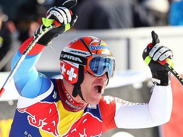 Švýcarský lyžař Didier Cuche obhájil loňské vítězství v nejslavnějším sjezdu světa v Kitzbühelu.