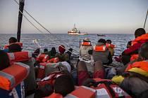 Zachránění migranti na lodi u ostrova Lampedusa ve Středozemním moři.