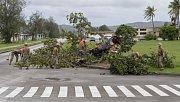 Přes ostrov Guam se přehnal tajfun Mangkhut. Vojáci odklízejí strom.