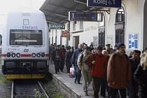 Cestující vystupují z vlaku City Elephant příměstské linky S1 na Masarykově nádraží v Praze.