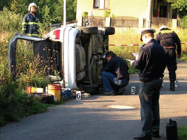 JEDEN Z CHLAPCŮ zůstal zaklíněn pod koly bílého osobního automobilu značky Opel Astra a vyprostili ho přivolaní hasiči až poté, co vůz otočili na levý bok.