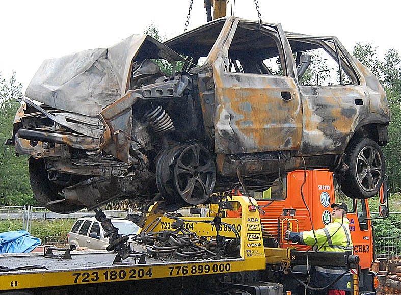 Z místa nehody odvezla odtahová služba už pouze torzo ohořelé Felície.