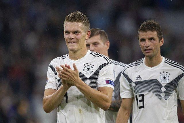 Německo – Francie. Matthias Ginter s Thomasem Müllerem děkuje domácím fanouškům.