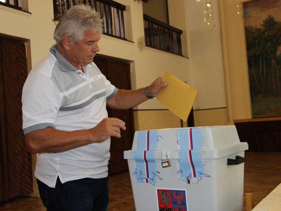 Ve Svratce na Žďársku v pátek odvolil také kandidát do Senátu Petr Novák, trenér olympijské šampionky Martiny Sáblíkové.