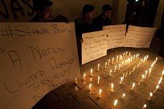 Při sebevražedném pumovém útoku ve svatyni v jižním Pákistánu dnes zemřelo nejméně 75 lidí a více než 150 dalších osob bylo zraněno.
