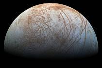 Povrch měsíce Europa pokrývá síť prasklin.