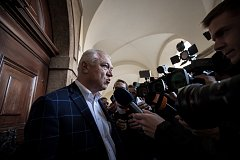 Den po parlamentních volbách, 22. října, začala povolební vyjednávání ve Sněmovně v Praze. Faltýnek