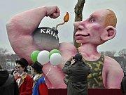 PROTEST. Krize na Krymu se projevila také v rámci karnevalových pochodů v Německu. Na snímku masopustní průvod v Düsseldorfu