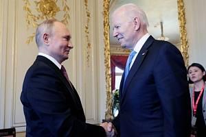 Ruský prezident Vladimir Putin (zleva) a jeho americký protějšek Joe Biden během schůzky v Ženevě 16. června 2021.