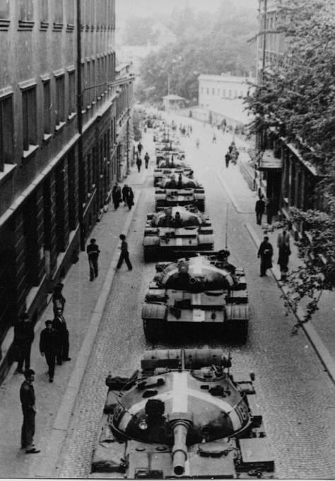 Řada tanků v Sokolské ulici