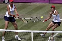 Lisa Raymondová (vpravo) na snímku po boku Liezel Huberové