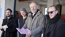 Režisér Jan Prušinovský (uprostřed) se svými herci.