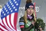 Americká lyžařka Mikaela Shiffrinová poslouchá americkou hymnu po svém vítězství v obřím slalomu v rakouském Lienzu.