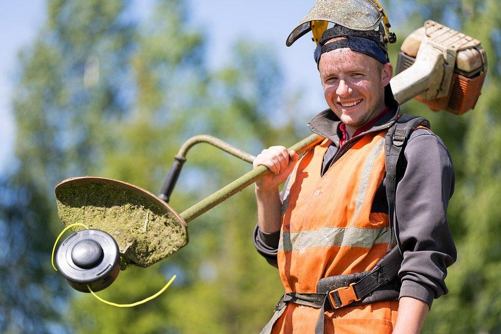 Chcete-li udržet trávník zdravý a krásný, naprostou samozřejmostí musí býtpodle odborníka pravidelná údržba.