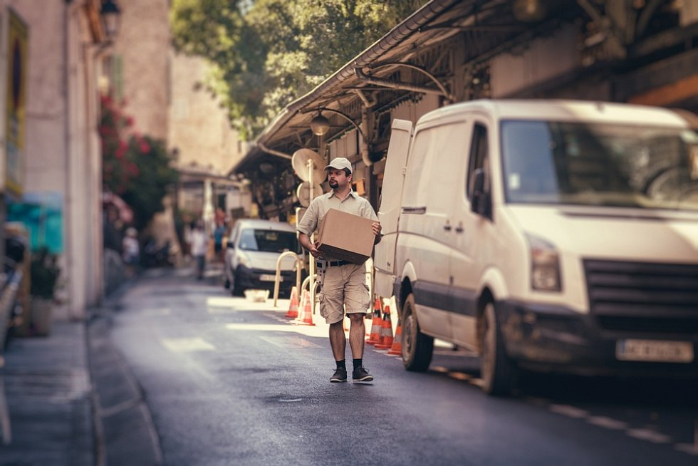 Práce kurýra, kterou řada lidí dělala na přilepšenou vedle svého pracovního úvazku, získala potenciál trvalého zaměstnání a po schopných řidičích je poptávka i nadále.