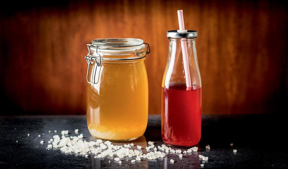 Bakterie se 'nakrmí' cukrem a vznikne tak perlivý nápoj, známý také jako vodní kefír nebo fermentovaná limonáda. Použijete k tomu tibi krystaly, které koupíte ve specializovaných obchodech.