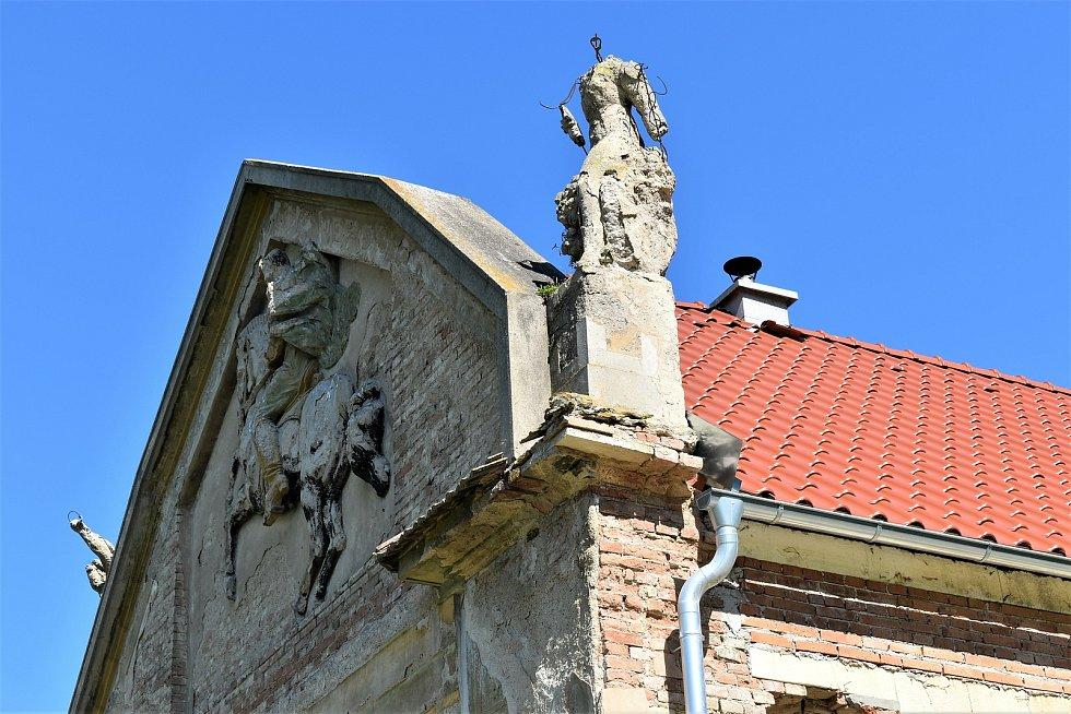 Statek Vladimírov prochází rekonstrukcí. Cenný je hlavně štít domu se sochami přiznávanými Františku Bílkovi.